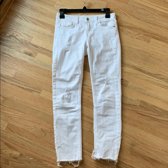 White, distressed qjeans